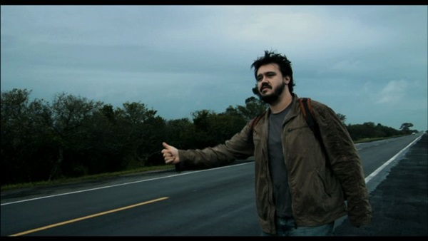 As narrações em off tiram o brilho da bela fotografia de Dromedário no asfalto (Pata Negra/ Divulgação)