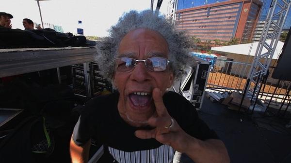 A personalidade musical de Renato Matos é captada pela câmera de André Luiz Oliveira (ABR CINEVÍDEO/Divulgação)