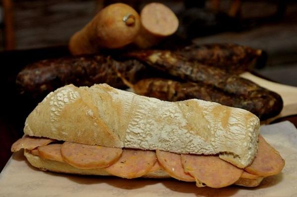 Chef Ville Della Penna e sanduíche de mortadela de frango com pequi, no Piccolo Emporium  (Antonio Cunha/CB/D.A Press)