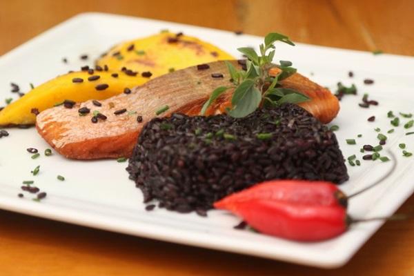 Na alta gastronomia, o arroz-negro pode ser acompanhado por peixes e frutos do mar (Rodrigo Nunes/Esp. CB/D.A Press)