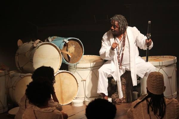 A cultura afro-brasileira permeia espetáculo em cartaz no Teatro da Caixa ( Irene Nobrega/Divulgação)