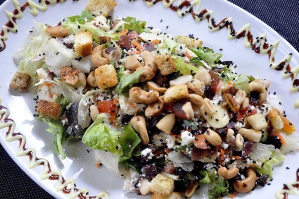 Colorida e bem apresentada, a salada inclui quatro oleaginosas (Antonio Cunha/CB/D.A Press)