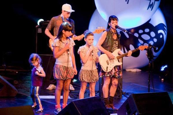 Músicas como 'Tchau chupeta'; 'Sapo-boi'; 'O sol e a lua' e 'Mamãe tamo chegando?' fazem parte do repertório do show (Pequeno cidadão/Divulgação )