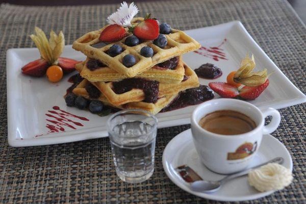Espresso nacional acompanhado por waffle recheado: bebida brasileira é mais barata (Minervino Junior/CB/D.A Press)