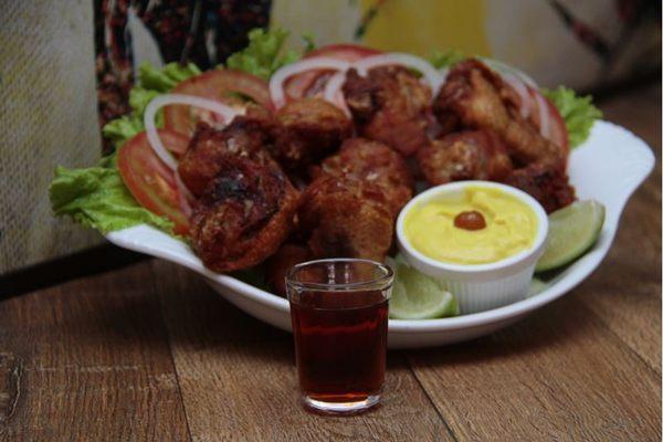 Cachaça com frango a passarinho, batizado de penosa, servido no bar Lampião  (Ana Rayssa/Esp. CB/D.A Press)
