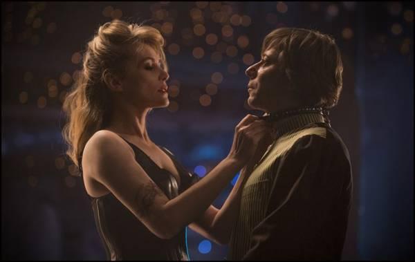 A sedução é a arma de Wanda para ganhar um papel na peça de Thomas (Califórnia Filmes/Divulgação)