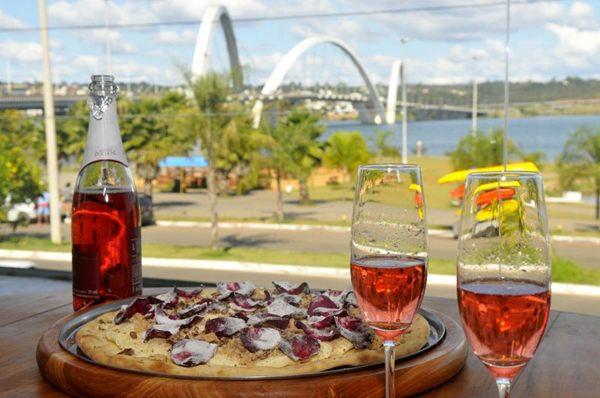 Além da pizza, os clientes podem apreciar a bela vista da terceira ponte que a casa oferece  (Minervino Junior/CB/D.A Press)