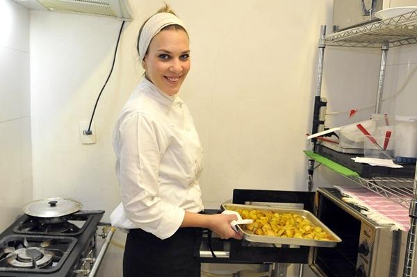 Maylla Ribeiro ( proprietária e chef ) com as Batatas do Café Gastro do Ceub.  (Antonio Cunha/CB/D.A Press)