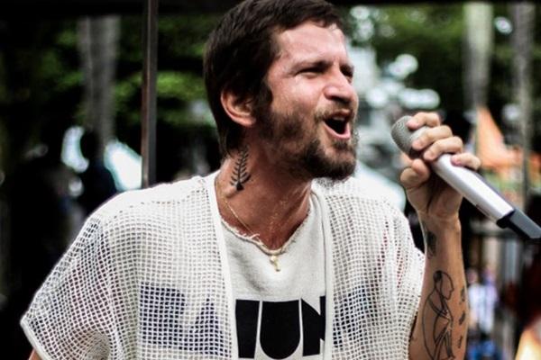 O cantor baiano Saulo prometeu e voltou com a turnê de Baiuno (George Mendes/Divulgação)