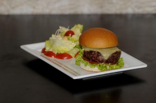 Servido em três tamanhos, o hambúrguer caseiro é uma ótima opção para agradar a pais e filhos  (Carlos Moura/CB/D.A Press)