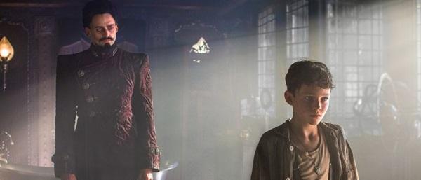 Hugh Jackman e Levi Miller brilham como Barba Negra e Peter Pan (Warner/Divulgação)