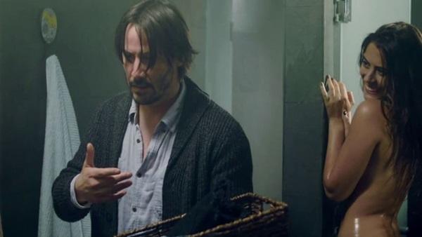 Keanu Reeves é vítima de jogo de sedução em Bata antes de entrar (Paris Filmes/Divulgação)