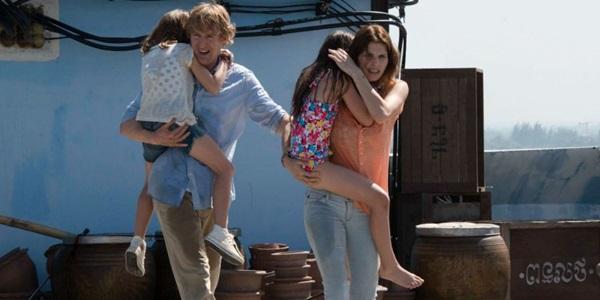 Owen Wilson tenta salvar a esposa e as filhas de terroristas asiáticos (Diamond Filmes/Divulgação)