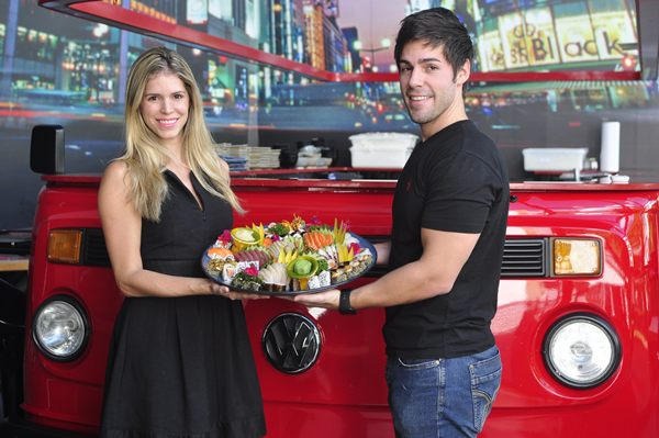 Marisa Braga e Bruno Zardo, do Nakombi: sushis e sashimis frescos em prato para compartilhar, feitos na frente do cliente. (Paula Rafiza/Esp. CB/D.A Press)