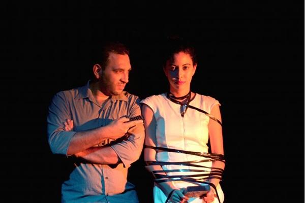 A trupe encena peça sobre relacionamentos amorosos (Gustavo Feitoza/Divulgação)