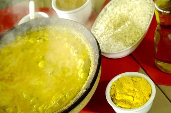 A moqueca é servida borbulhando na tradicional panela de barro no Ki-muqueca