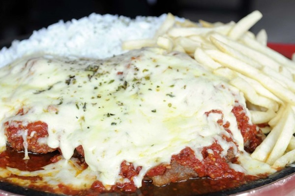 Parmegiana tamanho família do Restaurante do Rubinho: empresário calcula que prato responde por 65% de todo o faturamento da casa   (Zuleika de Souza/CB/D.A Press)