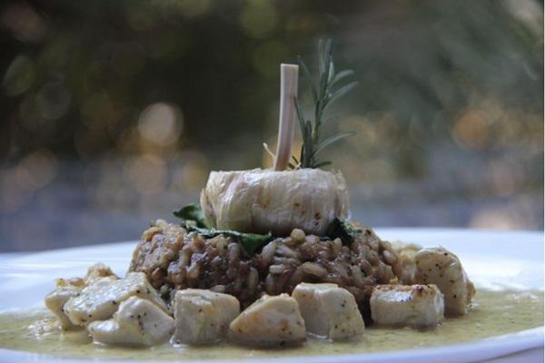 O prato entrou no cardápio após a chef receber pedidos por um preparo com frango ( Ana Rayssa/Esp. CB/D.A Press)