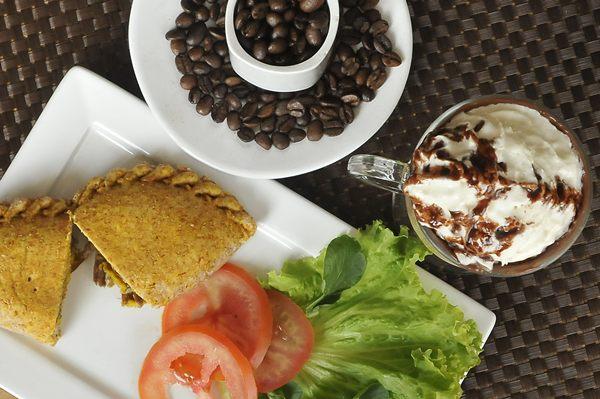 Salgado integral recheado com abóbora, vendido no Cafezinho, pode vir acompanhado de bebida à base de café espresso (Antonio Cunha/CB/D.A Press)