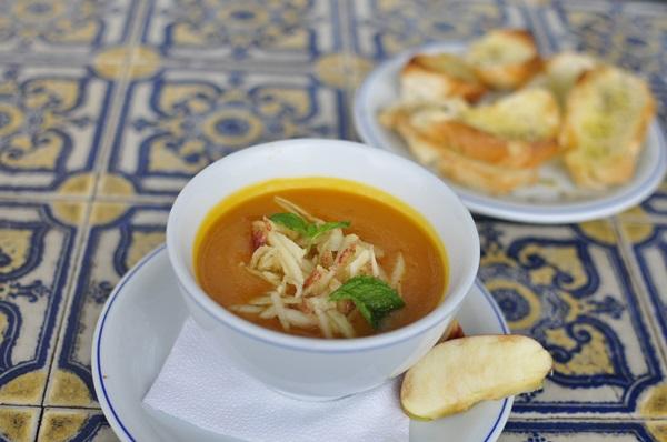 Creme de abobora, com lascas de maçã, harmonizado com vinho, do Martinica Café (Paula Rafiza/Esp. CB/D.A Press)