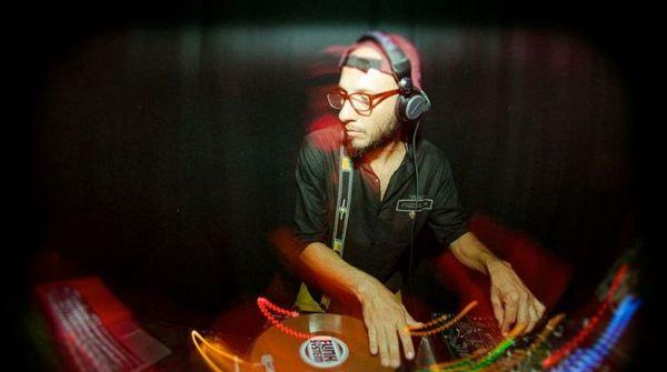 DJ Pezão comanda as picapes da Criolina de los muertos (Retratos Baratos/Divulgação)