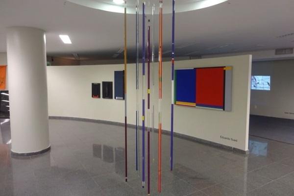 Mostra tem fotografias, instalações e pinturas (Maurício Lima/Divulgaçao)