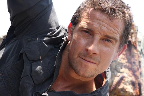 Bear Grylls é conhecido por seus programas de sobrevivência extremos  (Discovery Brasil/Divulgação)