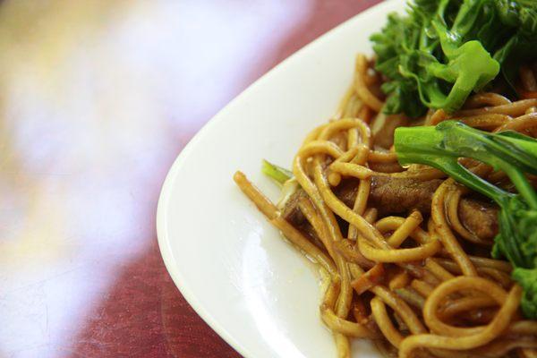 O tradicional macarrão chinês pode vir na versão de carne e legumes  (Ana Rayssa/Esp. CB/D.A Press)