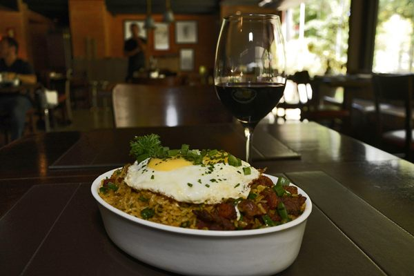 Alexsandro Panta com arroz carreteiro do Toro: receita prática faz parte da memória gastronômica de gaúchos  (Andre Violatti/Esp. CB/D.A Press)
