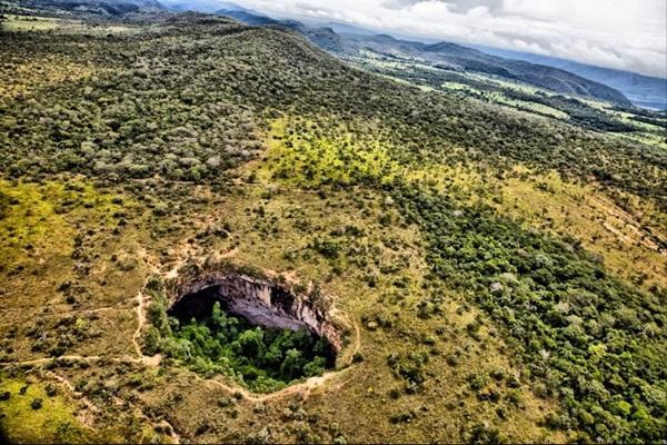 O Buraco das Araras é conhecido pelo rio de águas cristalinas que abriga no centro do paredão de pedras (SecTur Formosa/Divulgação)