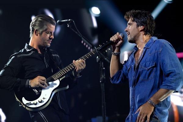 Os irmãos abrem o show com a música Na linha do tempo (Leo Crosara/Divulgação)