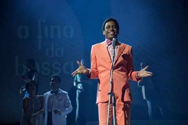 Ícaro Silva protagoniza o espetáculo e canta clássicos como 'País tropical' ( Leo Aversa/Divulgação.)