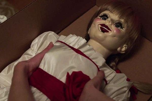 A boneca Annabelle atormenta a vida do casal Mia e John (Warner Bros/Divulgação)
