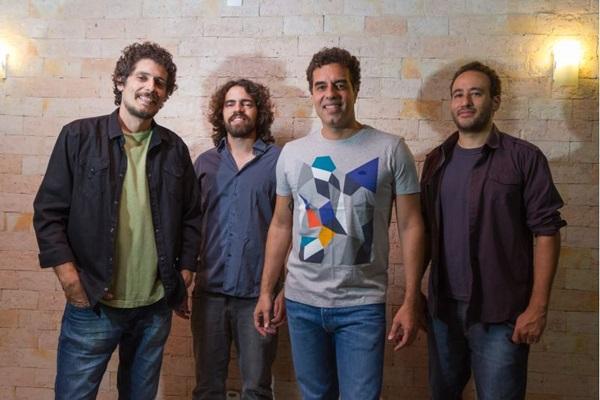 Ao lado de banda, Lauro Aires estreia disco Centropia (Marcelo Dischinger/Divulgação)