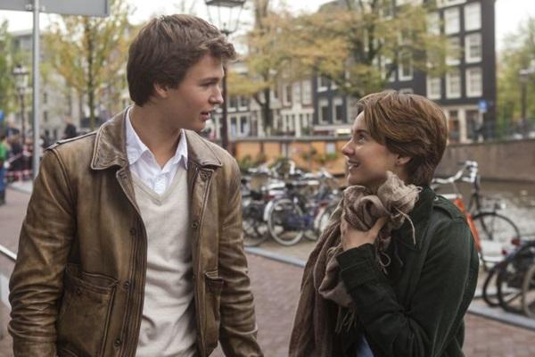 Augustus e Hazel viajam juntos e vivem experiências que os fazem esquecer o câncer (Fox Film/Divulgação)