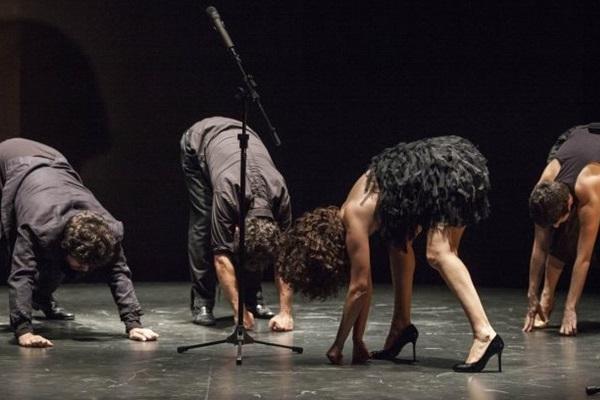 Espetáculo nasceu de observações durante turnê de quatro peças da trupe  (Marcelo Almeida/Divulgação.)