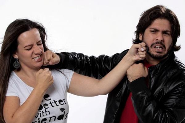 Criss Paiva e Davi Mansour mostram os dois lados de uma discussão de casal  (Casa de Artistas/Divulgação)