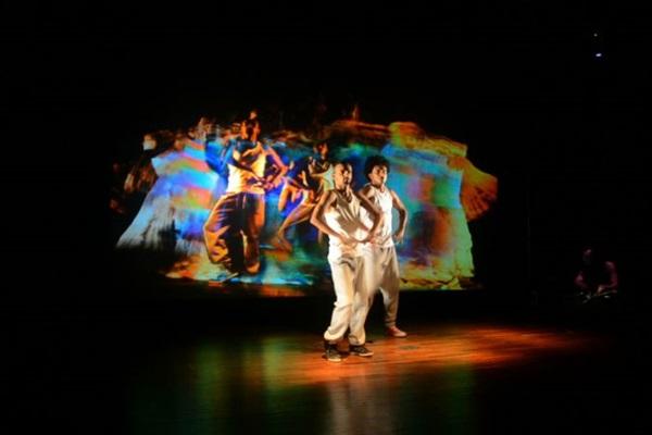 Dança de rua, grafite, música eletrônica e intervenções digitais se encontram em Incandescente (Valécia Ribeiro/Divulgação)