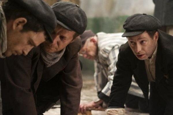 A mão firme de  László Nemes não deixa transparecer que o filme é de um estreante (Laokoon/Divulgação)