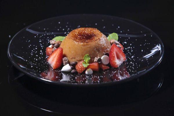 Crème brûlée de doce de leite com café e morango:  perene no menu (Ryan Ribeiro/Divulgação)