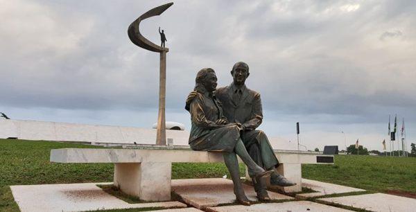 A escultura de Juscelino e Sarah Kubitschek fica em frente ao museu (Breno Fortes/CB/D.A Press)