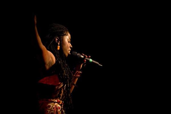 Em turnê do show Ma Binu, a cantora pretende lançar o primeiro disco em junho deste ano (Thaís Mallon/Divulgação)
