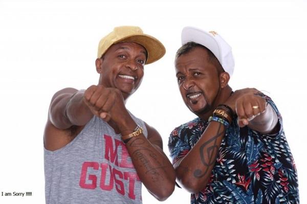 O grupo de axé Tchakabum, formado pelos irmãos Marcelo e Nem Menezes, comemora 20 anos de carreira (Bloco Tarda Mar Num Falha/Divulgação)