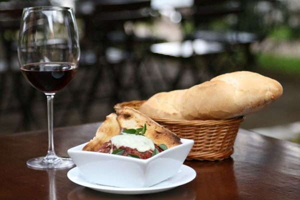 O polpetone é feito com farinha de rosca e pão italiano molhado no leite (Rodrigo Nunes/Esp. CB/D.A Press)
