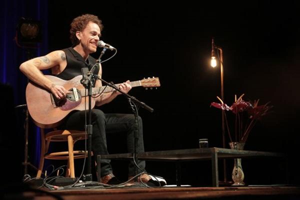 O cantor diz que nas apresentações com voz e violão é mais fácil improvisar (Bruno Trindade/Divulgação)