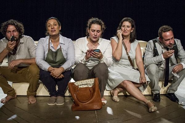 Cinco personagens atuam o tempo todo na peça da experiente Julia Spadaccini (Milena Vasconcelos)