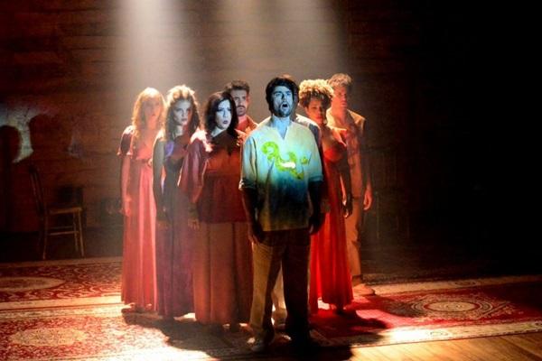 O elenco de 11 atores-cantores interpreta os grandes sucessos da banda inglesa Beatles  ( Leo Ladeira/Divulgação.)