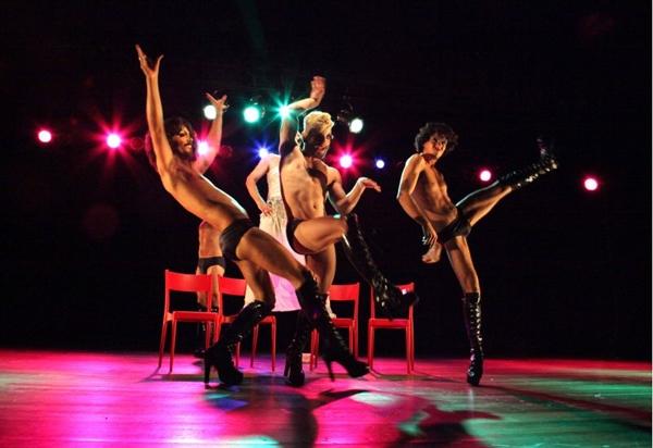 Peça-festa tem 5 madames narrando histórias por meio da dança (Adla Marques/Divulgação)