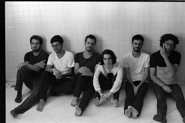 O grupo é formado por Sofia Vaz, Gabriel Vaz, Cairê Rego, Felipe Ventura, David Rosenblit e João Pessanha, (Bruno Mello/Divulgação)