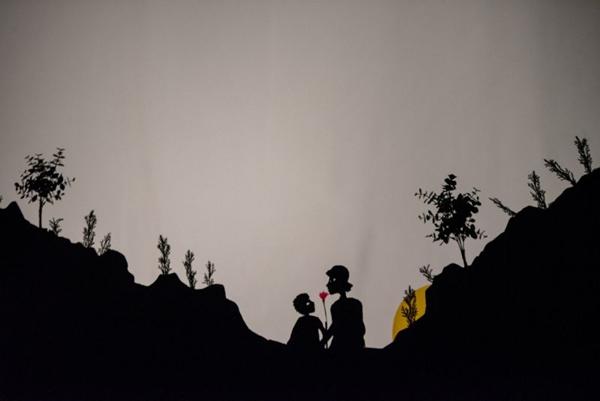 A trilha sonora e os gestos guiam peça que une várias companhias da cidade (Thiago Sabino/Divulgação)